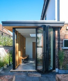 Glass side extension with Sieger aluminium bifold door