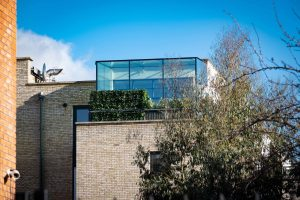 Penthouse appartment glass box extension