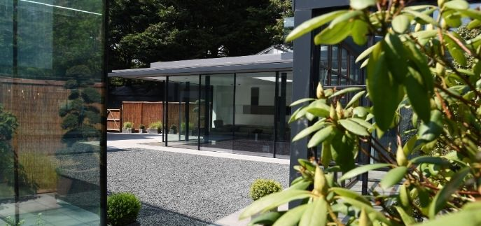 IQ office and showroom in Amersham with structural glazing and corner opening sliding glass doors